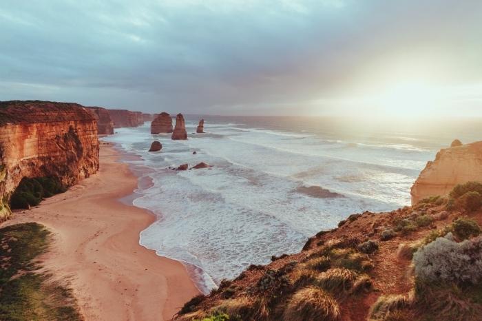 magnifique photo de paysage île déserte avec sable doré et falaises, exemple de fond d écran paysage pour pc