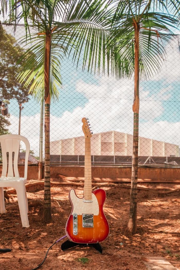 quelle lumière pour prendre de jolies photos sous le soleil, idée fond d écran iphone avec guitare et palmes