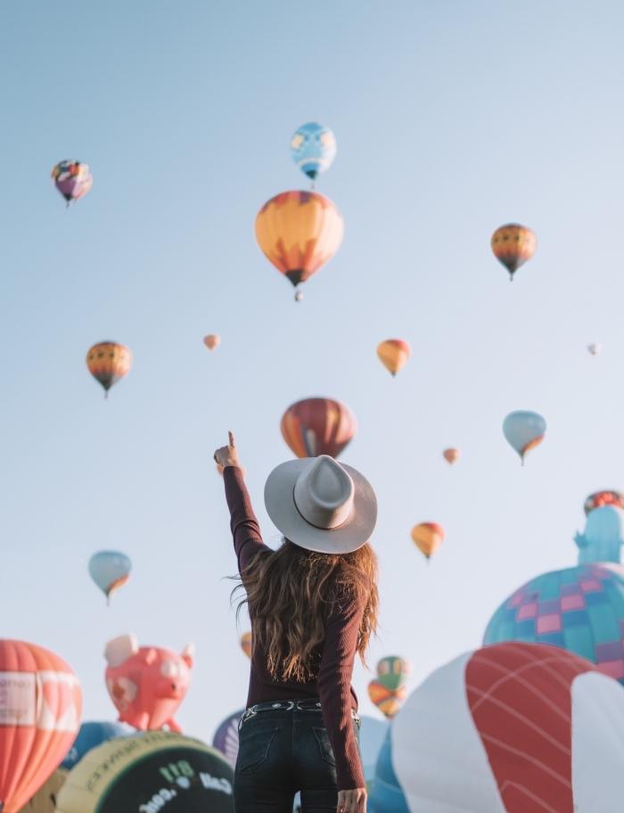 comment prendre des photos quand on voyage, idée fond ecran telephone pour âme aventurier, fille devant ballons à gaz volants