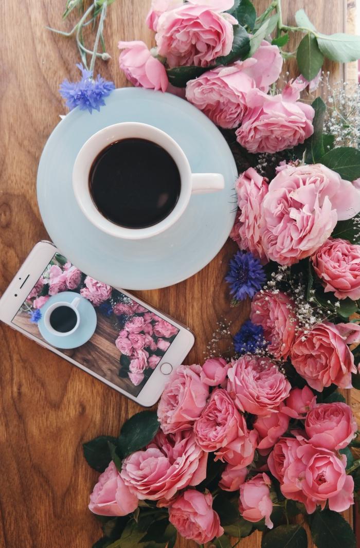 idée fond d écran stylé, photo de bon début de la semaine avec une tasse café et bouquet de fleurs, exemple photo iphone cool