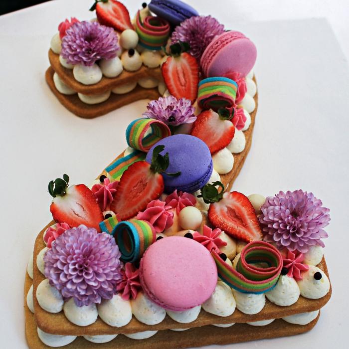 idée de gateau anniversaire simple et beau en forme de chiffre, number cake garni de crème beurre, fraises, macarons, confiserie acidulée et fleurs