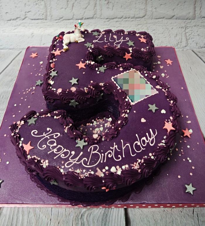 gateau anniversaire fille en forme de chiffre sur une base génoise recouvert de glaçage violet, gâteau d'anniversaire original sur le thème licorne