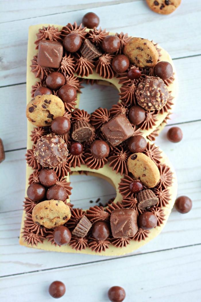 gateau anniversaire facile en pâte sablée en forme de lettre au décor en chocolat et crème beurre