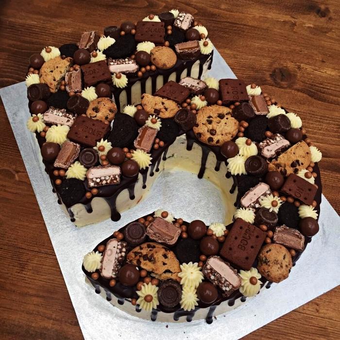 number cake chocolat au glaçage coulant et au décor de biscuits, barres chocolatées et rosaces en buttercrream