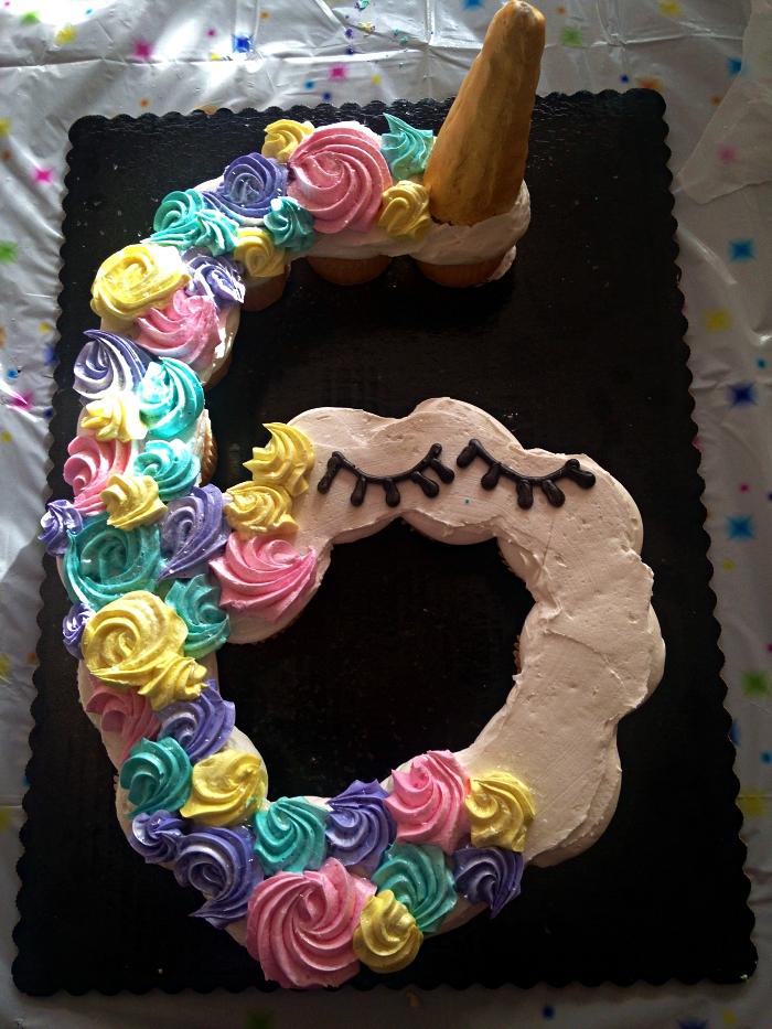 gateau anniversaire facile sur le thème licorne, number cake licorne au glaçage coloré de crème au beurre
