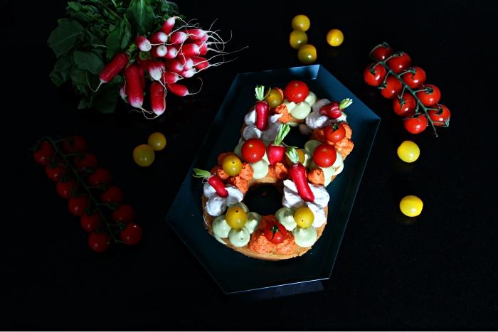 number cake recette version healthy aux légumes, gâteau salé en forme de chiffre aux radis, tomates et dips