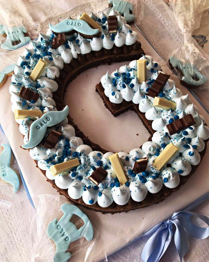recette cake sucré en forme de lettre, gâteau biscuit au chocolat garni de meringues, idée gâteau de baby shower en forme de lettre