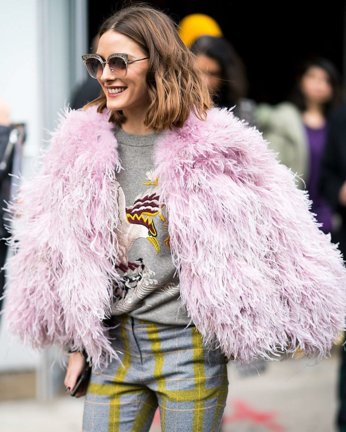 gilet fourrure rose, pantalon carré gris et jaune, cheveux chatain, Olivia Palermo