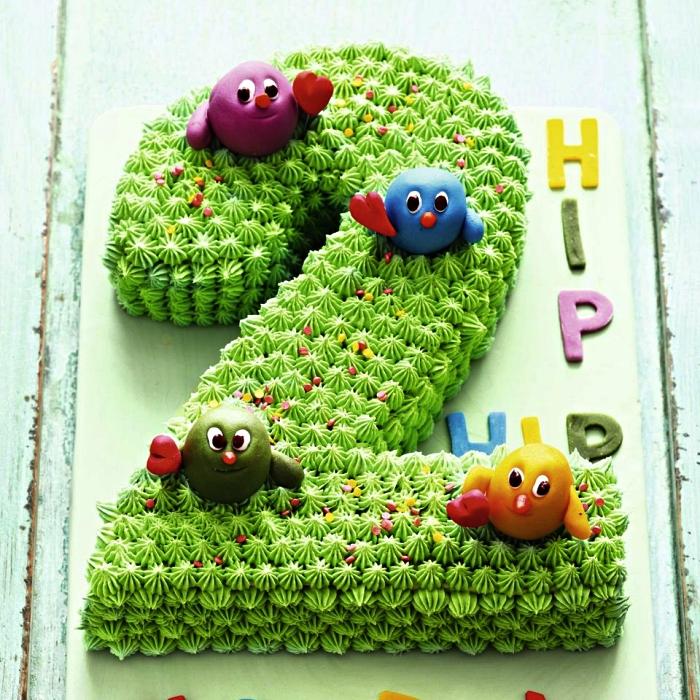 gateau anniversaire enfant 2 ans en forme de chiffre recouvert de glaçage décoratif vert et décoré de figurines en pâte d'amande