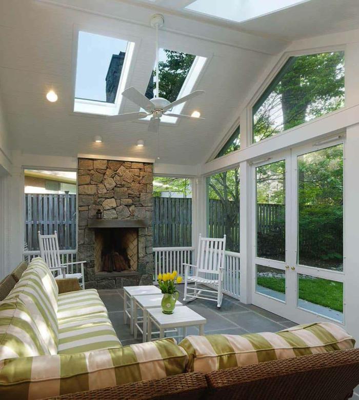 maison moderne blanche, puit de lumière, cheminée en pierre, lampe ventilateur, sofa d'angle