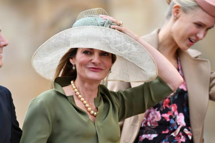 capeline mariage, collier perles, grand chapeau de mariage couleur bleu pastel
