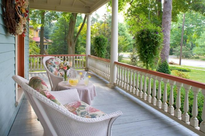 deux chaises blanches tressées, terrasse aménagée en style minimaliste, amenagement de véranda blanc