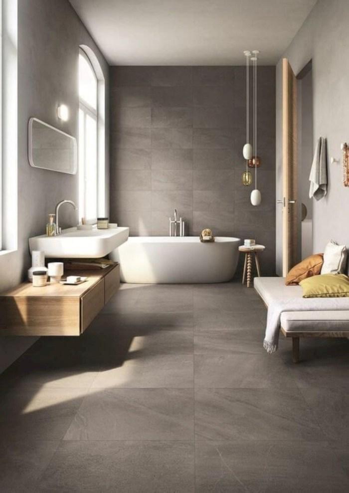 Luxueuse pièce avec baignoire, lavabo et canapé de repos, plan de travail salle de bain, idée carrelage salle de bain