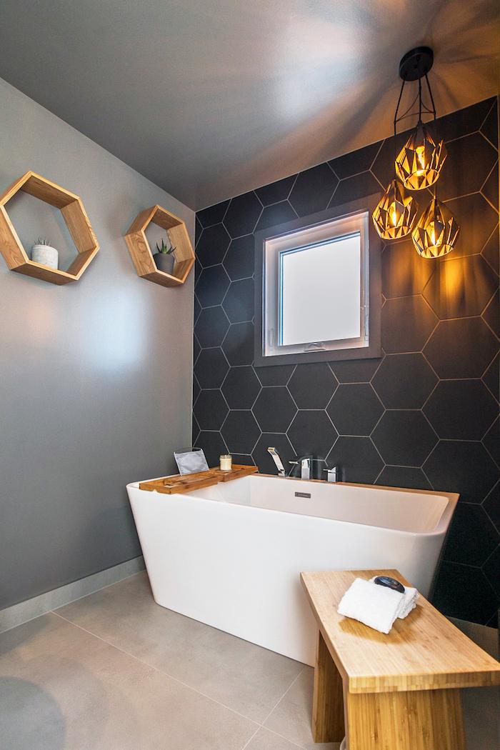 Baignoire à forme originale, déco bois étagères hexagones avec plantes vertes, salle de bain bois, idée carrelage salle de bain blanche moderne
