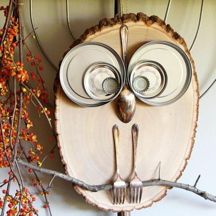 décoration murale à fabriquer avec tronc d'arbre et couvercles métalliques, nez cuillère