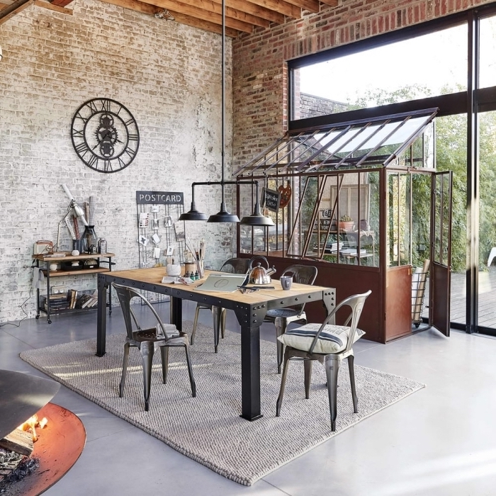comment aménager une salle à manger de style industriel rustique, deco industrielle avec murs en briques et plancher béton