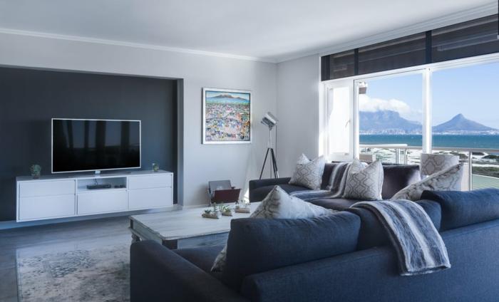 Salon moderne avec deux canapés et belle vue de l'océan, cool idée comment aménager son salon