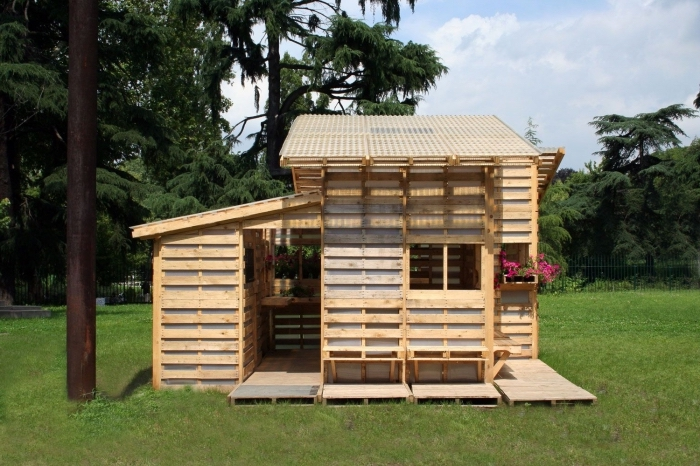 diy cabane en palette bois à faire soi-même, idée bricolage jardin, créer un coin de jeu extérieur avec bois ou palette
