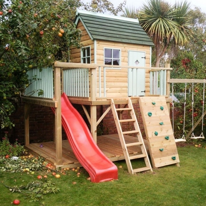 construire une cabane sur pilotis avec toboggan et échelle, modèle de cabane bois à faire soi-même pour le jardin
