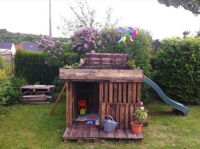 construire une cabane de jardin, idée que faire avec palette, modèle de petite maison jeu enfant avec toboggan