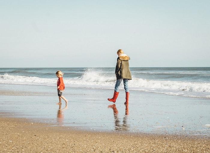 Mère et enfant au bord de la mer, promenade à la plage, cadeau fete des meres, image bonne fete maman, photo à envoyer à sa mère