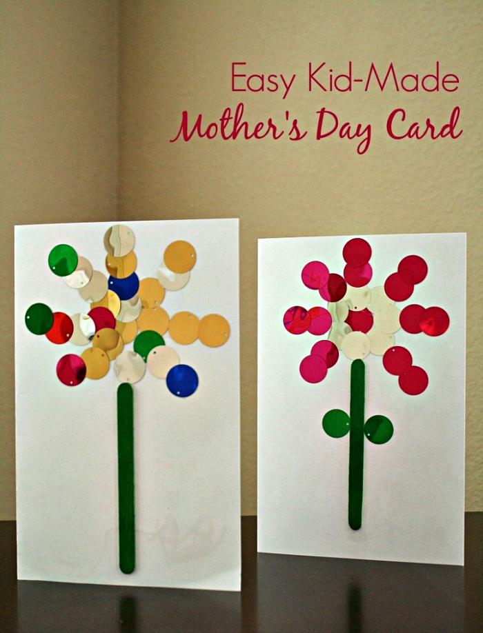 une carte de voeux simple et facile à réaliser avec motif fleur en bâtonnet de glace peint vert et en confettis métallisés, idée pour une activité fête des mères à faire en maternelle