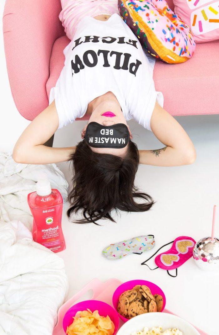 diy accessoire mode pour femme, comment personnaliser un masque de sommeil, idée cadeau diy facile et petit budget