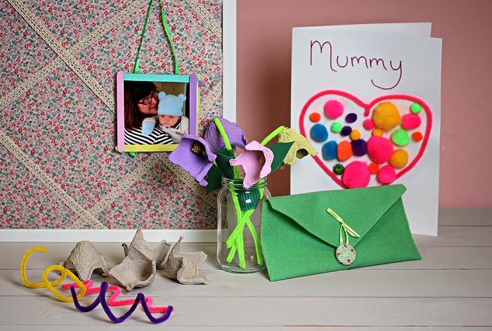 activité manuelle facile 3-5 ans à l'occasion de la fête des mères, une carte 3d personnalisée avec coeur en cure-pipe et pompons à offrir pour la fête des mères