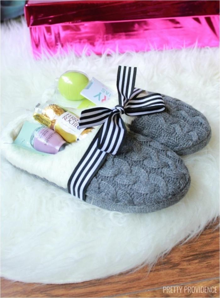 quel cadeau pour la fête des mères, friandises et cosmétiques en pantoufles, faire un cadeau coffret pour femme