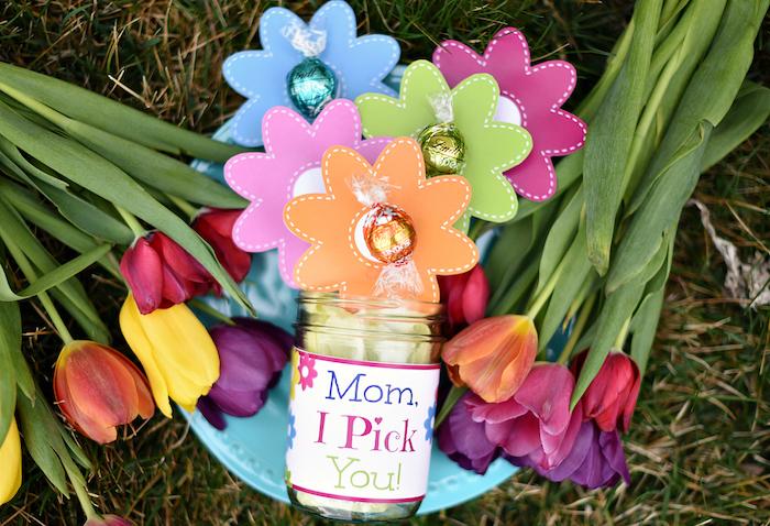 Faire un cadeau pour sa mère bouquet de bonbons, carte fête des mères, texte pour la fete des mere, chouette idée photo à envoyer, bonbon lindor