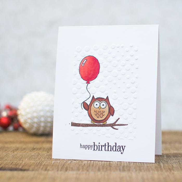jolie carte d'anniversaire à motifs hibou perché sur une branche et ballon rouge, carte de voeux personnalisée à l'aide des tampons transparents