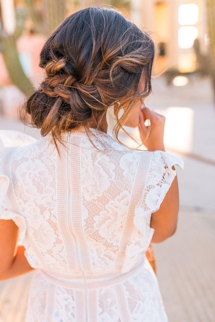 idée de coiffure mariage boheme chic, chignon de côté de style coiffé-décoiffé avec tresse floue sur le côté