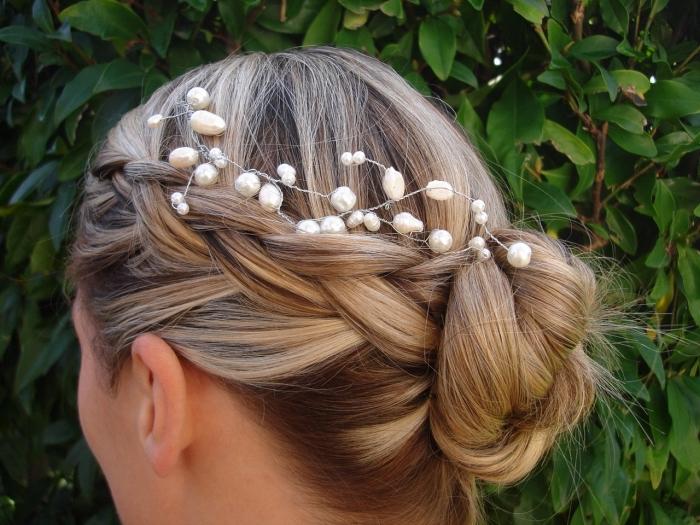chignon tressé sur le côté accessoirisé avec un bijou de cheveux avec perles, coiffure mariage boheme chic avec chignon tressé