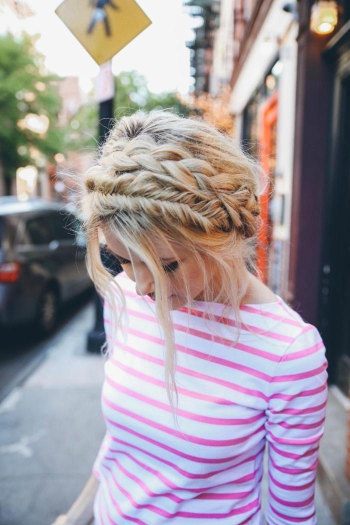 coiffure bohème chic avec tresse couronne et tresse épi dé blé sur cheveux blond, coiffure tendance pour l'été