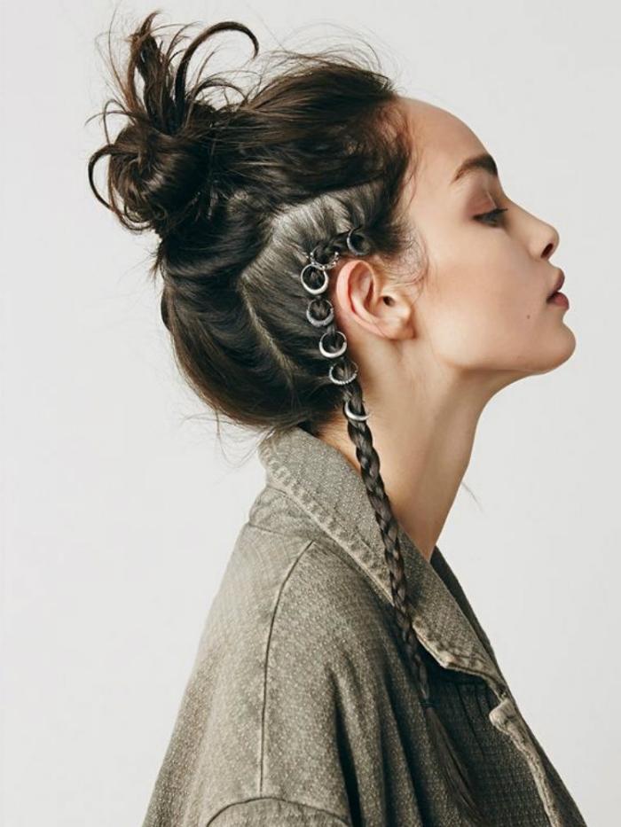 chignon haut et flou avec tresse bohème accessoirisée d'anneaux, idée de coiffure de festival facile et rapide
