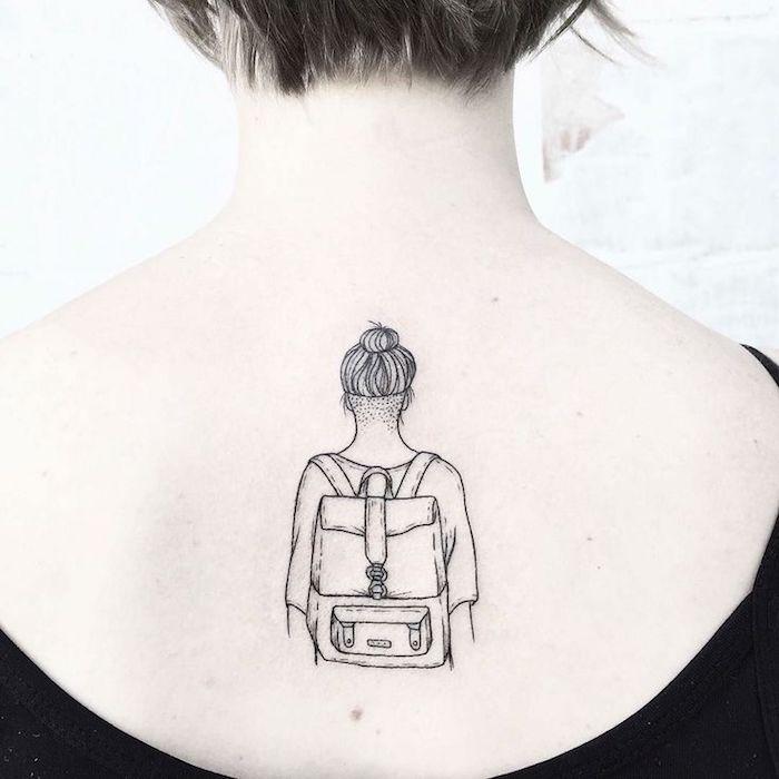 Dessin fille avec sac à dos voyage, tatouage clavicule, tatouage dessin, design moderne et beau de tatouage