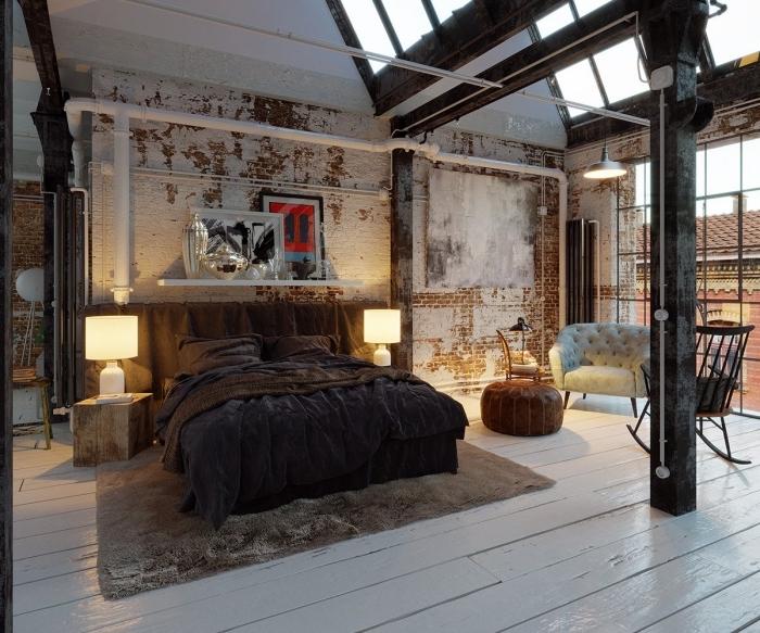 comment aménager une chambre industrielle, déco sous pente aux murs briques et plancher bois blanc avec tuyaux apparents