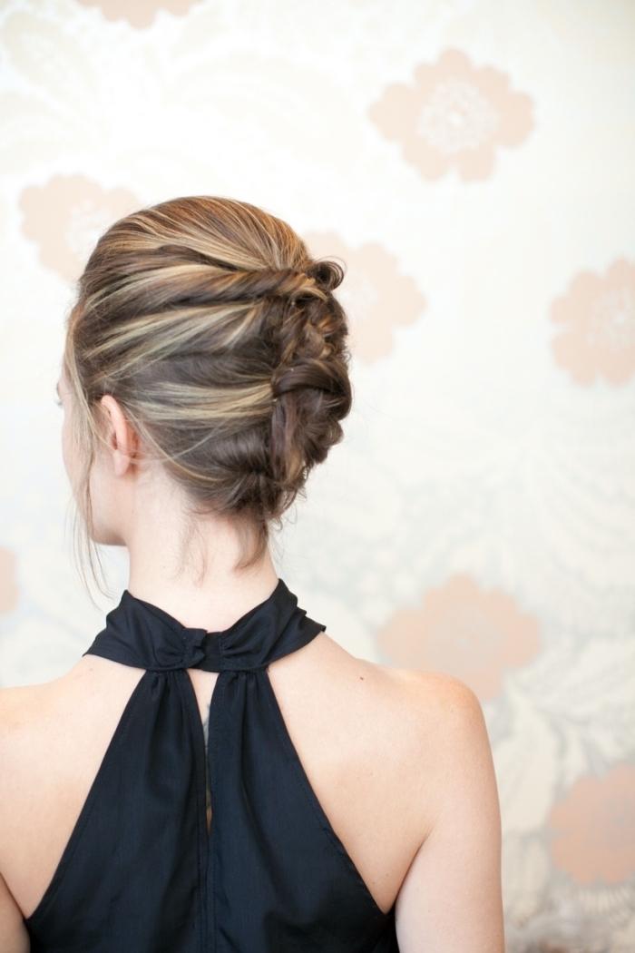 coiffure de soirée femme, chignon avec volume sur le dessus et quelques mèches libres, mèches blondes dans cheveux chatain