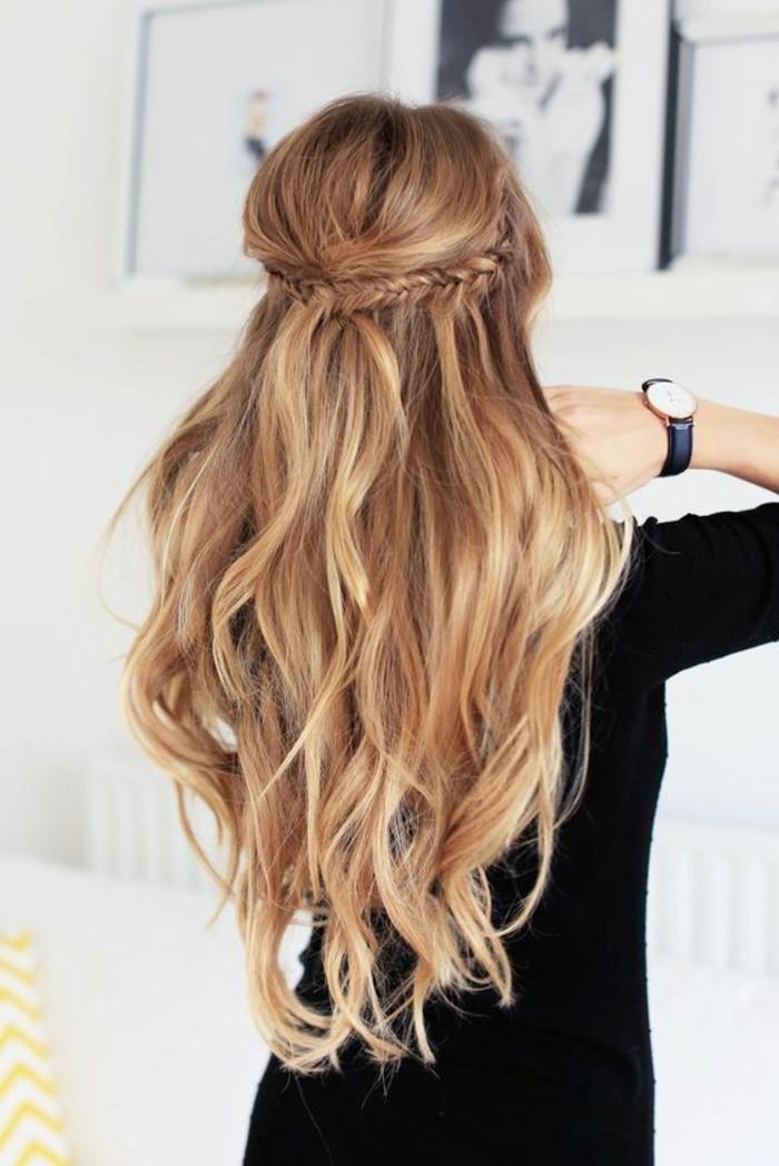 coiffure simple et rapide sur cheveux long, tresses de coté réunies en arrière de la tête et volume sur le dessus, mèches ondulées longues