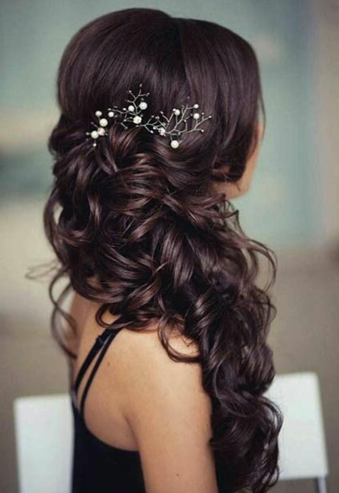 tresse ultra volumineuse sur le coté avec boucles avec volume sur le haut et accessoire bijou pour cheveux imitation branche fleurie
