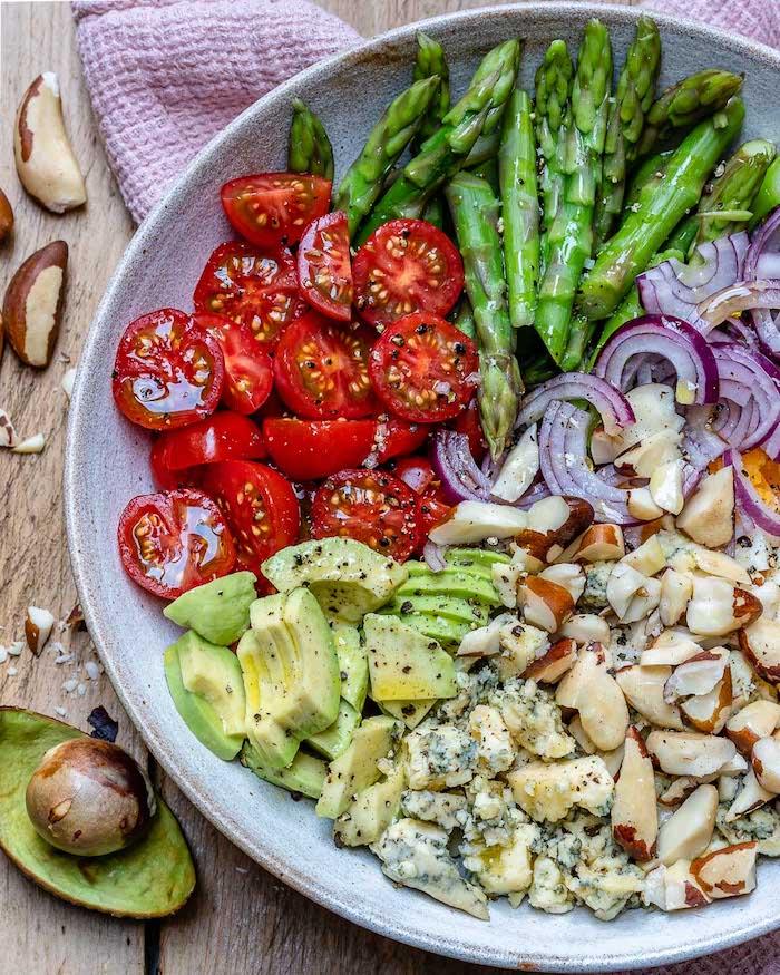 quel regime pour maigrir, recette keto simple de salade composée originale de tomates cerise, asperges, avocat, amandes, oignons et fromage bleu d auvergne