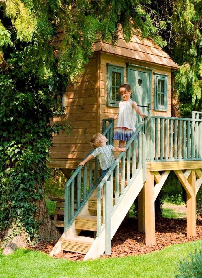 modèle de petite maison en bois avec escalier vert pastel et petite fenêtre, exemple de construction en palette ou bois