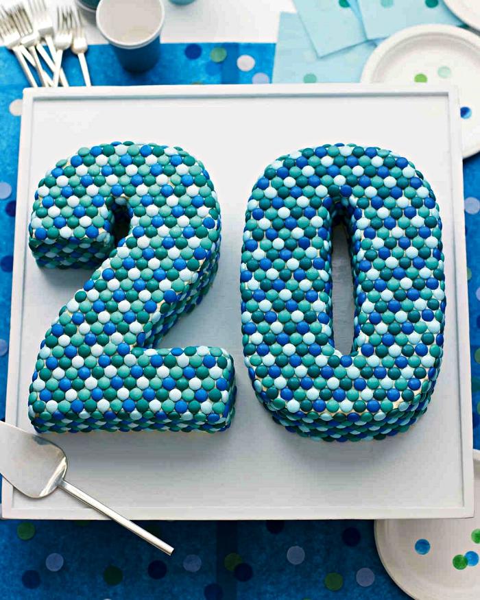 idée de gateau anniversaire facile au décor de smarties en nuances de bleu, idée de gâteau d'anniversaire 20 ans