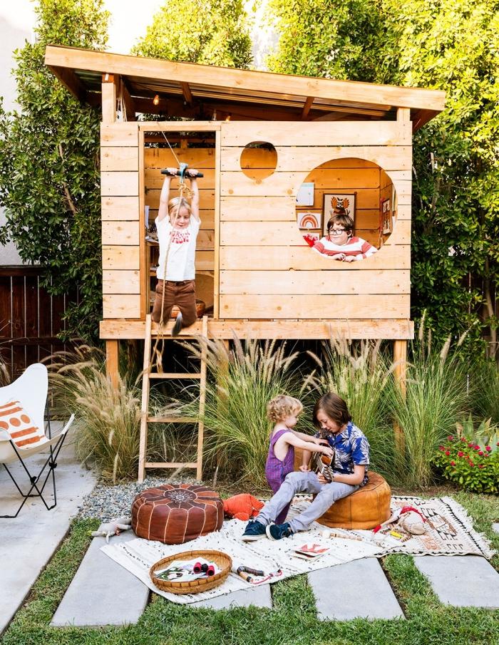 faire une cabane palette ou bois pour le jardin, idée construction en bois pour jeux d'enfant extérieur, cabane bois DIY