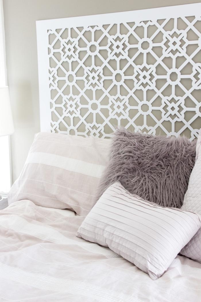 quelles couleurs pour une chambre à coucher tendance, modèle tete de lit fait maison, déco lit cocooning avec coussins