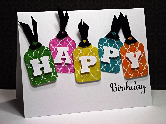 une carte anniversaire scrapbooking originale à décoration étiquettes en papier cartonné imprimé