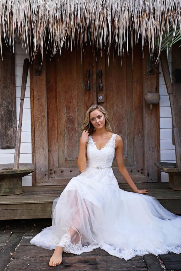 robe de mariee romantique, les modernes princesses, cool idée comment s'habiller pour son mariage femme robe blanche courte dessous longue dentelle