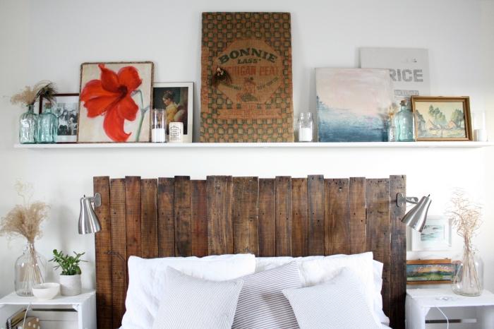 fabriquer une tete de lit en bois, déco chambre blanche et bois, idée rangement ouvert pour une petite chambre