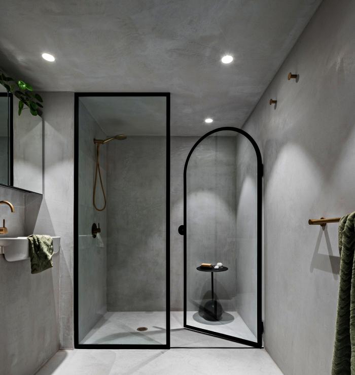 salle de bain tendance en béton ciré avec douche italienne qui se fond dans le décor, espace douche avec verrière
