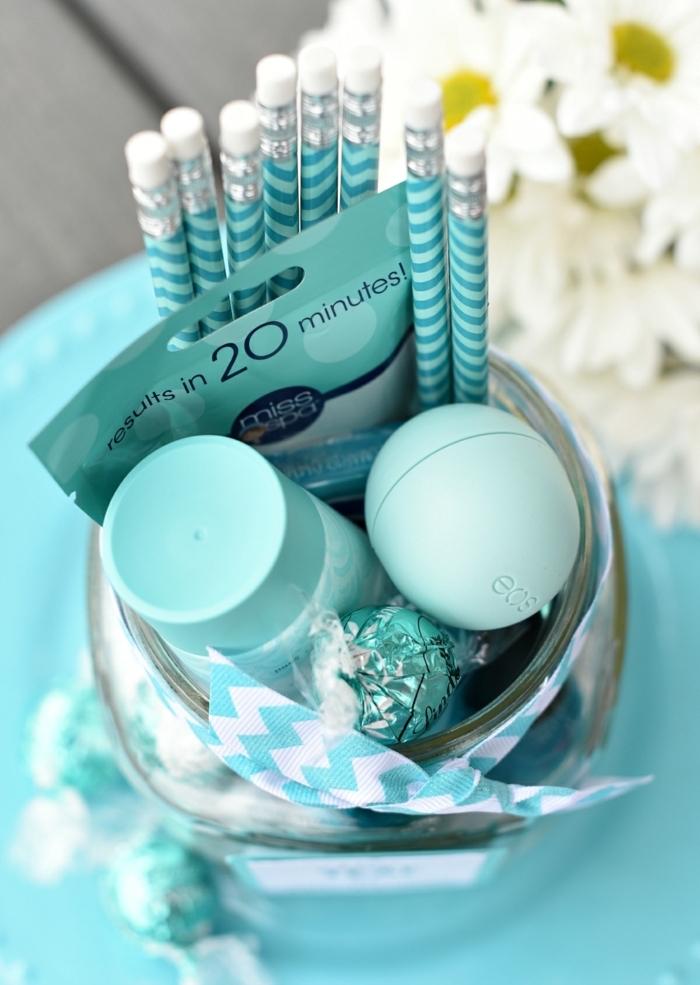 coffret cadeau pour petite amie à faire soi-même, idée surprise avec chocolats produits cosmétiques et crayons